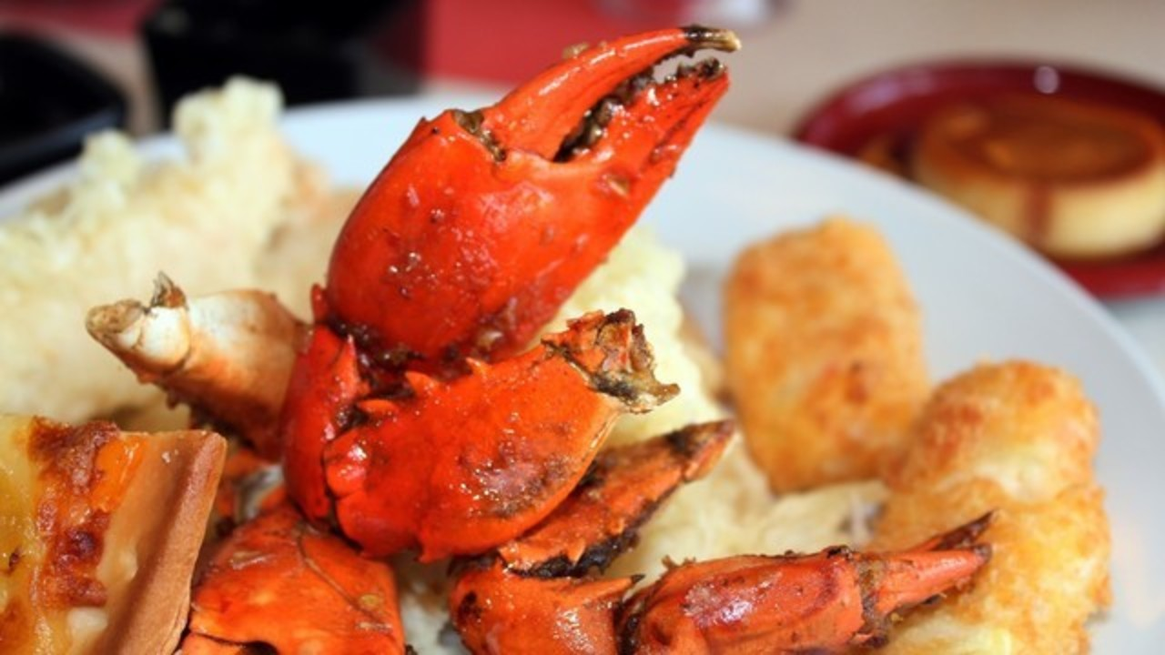 Buffet brawl begins over crab legs  tongs used as swords 2e5a97513a